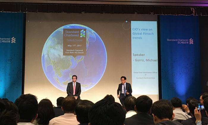 마이클 고리츠 CIO(오른쪽)가 '2017 SC제일은행 핀테크 포럼'에서 남기흥 SC제일은행 부행장과 대담하고 있다.