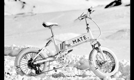 설산을 달리는 몽클레르의 전기자전거